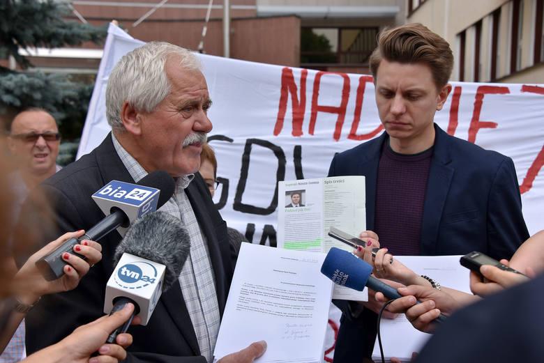 Wyrok Trybunału  jest naszym zwycięstwem, ale władza centralna nadal nie kwapi się do naprawienia krzywd - mówił Tadeusz Karpowicz (z lewej). Obok stoi Radosław Sakowski.
