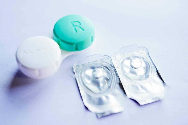 Soczewki kontaktowe są pakowane po jednej sztuce w sterylnym roztworze soli fizjologicznej. Poza tymi jednodniowymi i przeznaczonymi do przedłużonego