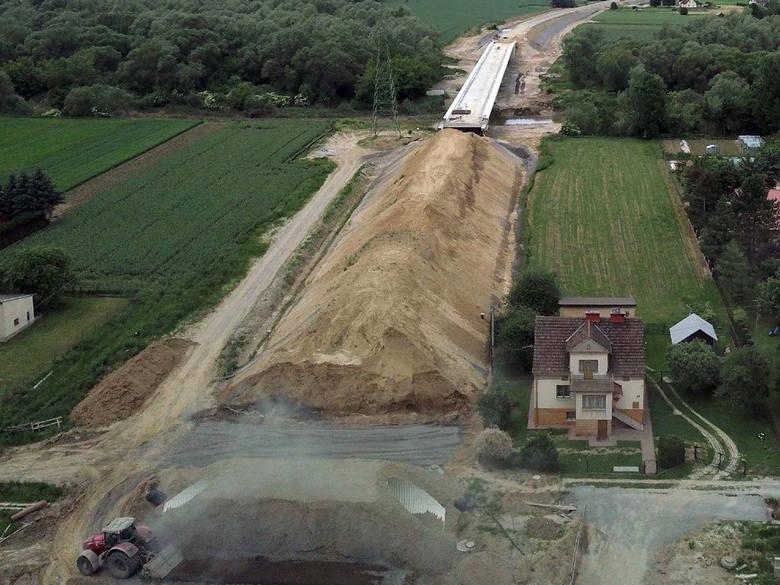 Budowa obwodnicy Strzyżowa - w ciągu drogi wojewódzkiej nr 988 - wystartowała w maju ubiegłego roku. Jej koszt to ok. 106 mln zł. Wysoki koszt budowy