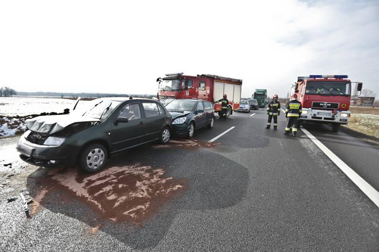 Do zdarzenia doszło w czwartek (18 lutego) na S3 między Zieloną Górą a Sulechowem. Znajdujący się na miejscu strażacy zabezpieczyli miejsce wypadku.
