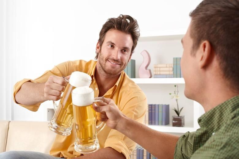 Jak pokazują badania, statystyczny Polak wypija rocznie 10,3 litra alkoholu. W pierwszej kolejności sięgamy po piwo, w drugiej po drinki na bazie wódki,