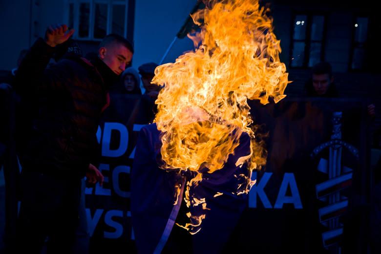 Młodzież Wszechpolska spaliła kukłę kanclerz Merkel