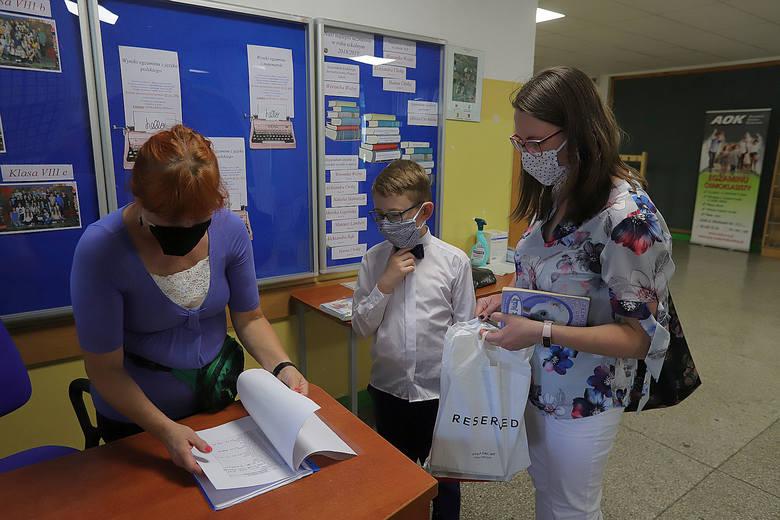 Jak uczniowie odbierają świadectwa? Zdjęcia ze Szkoły Podstawowej nr 34 w Łodzi
