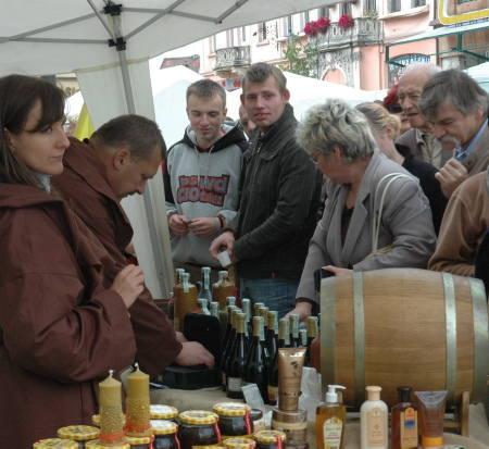W ubiegłym roku podczas Jarmarku stoiska z miodem i winem były oblegane przez mieszkańców Żar i okolic.