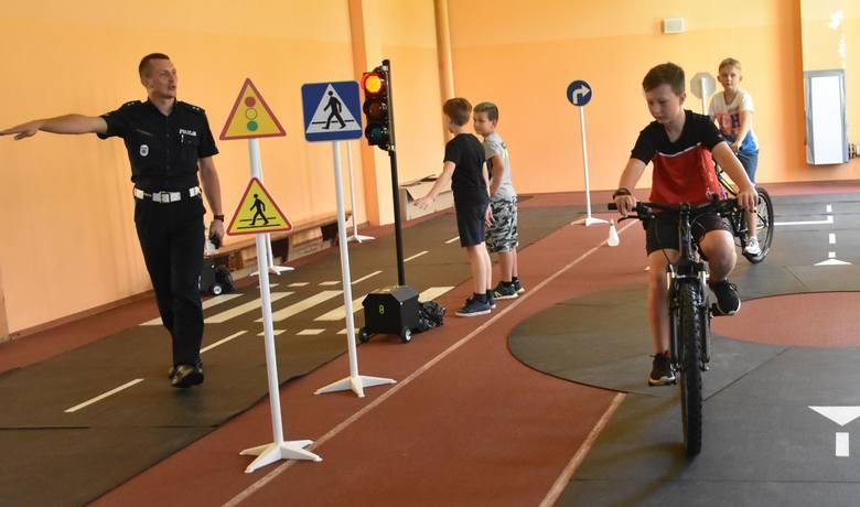 Zaczął się pierwszy turnus Sportowych Półkolonii z MOSiR-em Lato 2020. We wtorek oprócz gry w tenisa ziemnego na dzieci czekała też Policyjna Szkółka