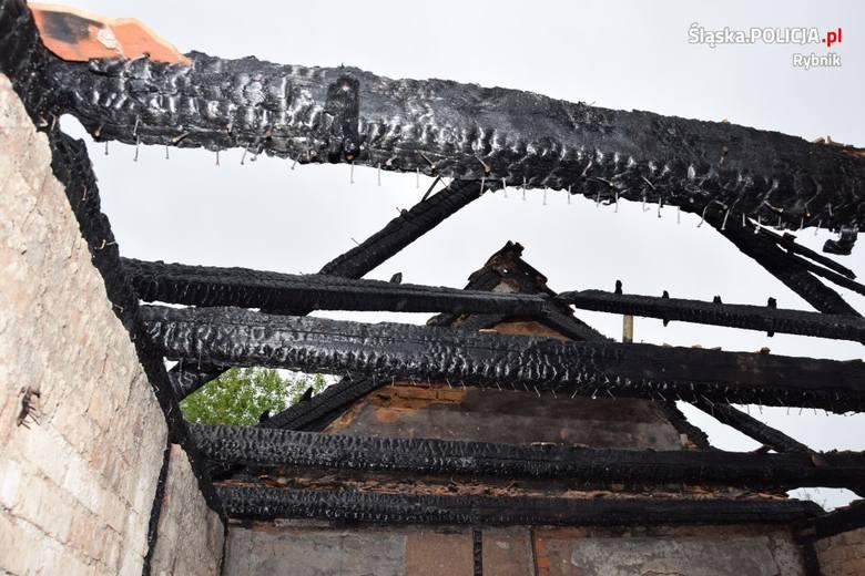 Tragiczny pożar w Rybniku Chwałowicach: zginął mężczyzna. Strażacy szukają w zgliszczach jeszcze jednej osoby AKTUALIZACJA ZDJĘCIA
