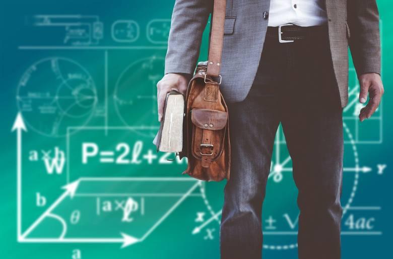 W przypadku nauczycieli szkół, placówek, zakładu specjalnego lub zakładu poprawczego czy schroniska dla nieletnich okres 30 lat zostaje skrócony do 25