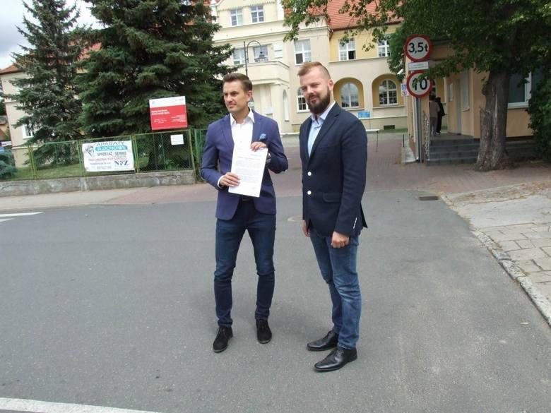 W poniedziałek w samo południe przed szpitalem odbyła się konferencja prasowa z udziałem posła Arkadiusza Myrchy i radnego powiatowego Pawła Marwitza.