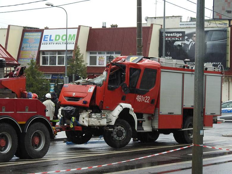 Uprzywilejowany wóz strażacki zderzył się z osobową skodą i wjechał w ścianę przydrożnego domu jednorodzinnego przy ul. Głowackiego.