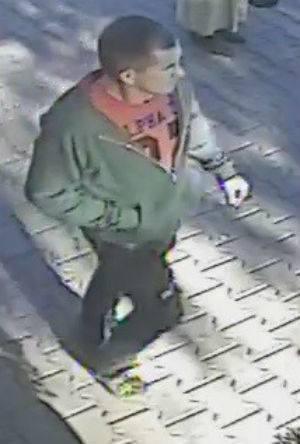 Poszukiwany mężczyzna jest w wieku ok. 25-35 lat. To on może mieć związek z niewyjaśnionym zabójstwem w Poznaniu. Do zbrodni doszło 16 września 2018 roku.