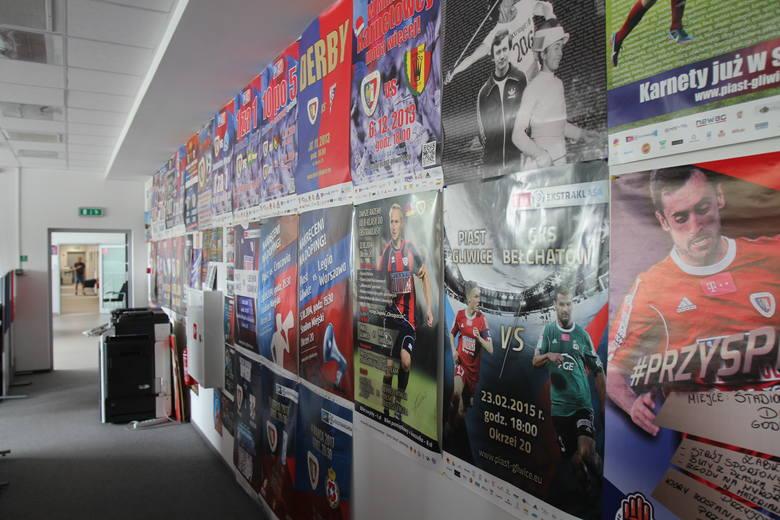 Dział klubowego marketingu i ściana z plakatami.