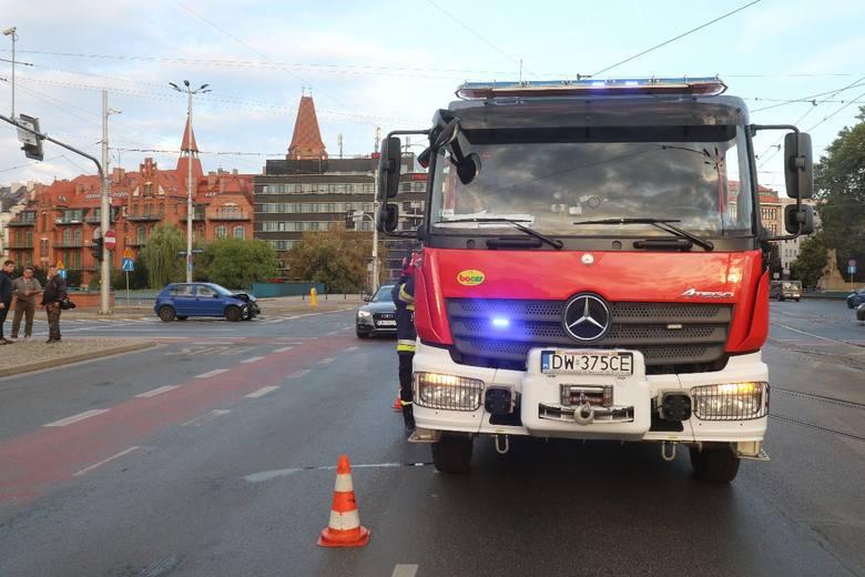 Wóz bojowy straży pożarnej wjechał na sygnale na plac Jana Pawła II, gdzie zderzył się z autem osobowym. Policja po przyjechaniu na miejsce ustali dokładny