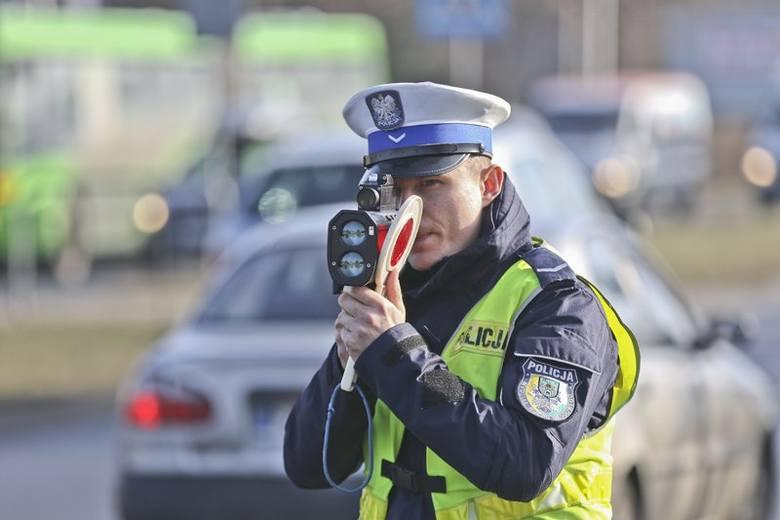 """W piątek, 16 lutego, od rana w Zielonej Górze trwa policyjna akcja """"Prędkość"""". Drogówka kontroluje kierowców na różnych drogach w mieście i na terenie"""
