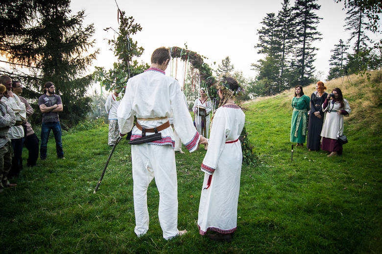Żercy oraz goście weselni, którzy weszli już w związek małżeński czekają za bramą. Młoda para trzymając się za dłonie czeka przed bramą.  Jaczewoj trzyma Ludmiłę za rękę, prowadzić ją będzie przez życie tak, aby nigdy nie upadła.
