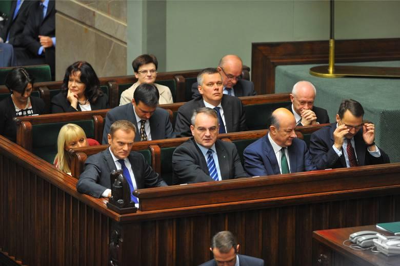 Demontaż  systemu OFE rozpoczął rząd Donalda Tuska. W 2014 roku ponad połowę oszczędności zgromadzonych w OFE (51,5 proc.), ulokowanych w państwowych