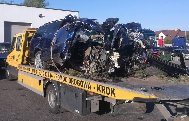 Śmiertelny wypadek wydarzył się po godz. 1.00 w środę, 8 maja, na wysokości szklarni w Różankach pod Gorzowem. Volkswagen passat roztrzaskał się o drzewo.