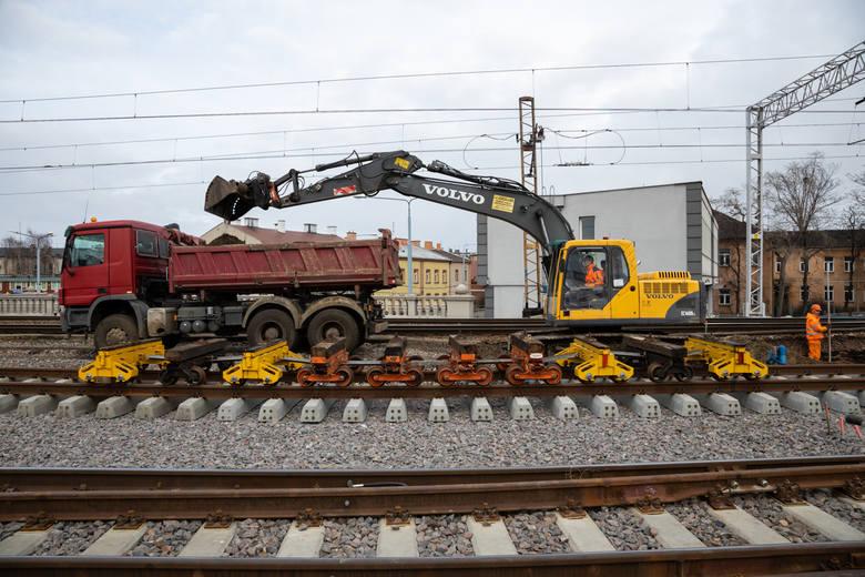 Remont na kolei idzie pełną parą. Powstają wiadukty, perony, tory. DUŻO ZDJĘĆ