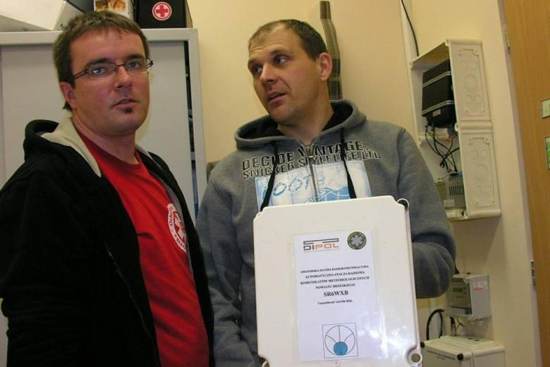 Komunikaty są nadawane na paśmie 144.950 MHz co kwadrans: 5, 20, 35 i 55 minut po pełnej godzinie - mówią Szymon Oparowski (z lewej) i Tomasz Kulawinek,