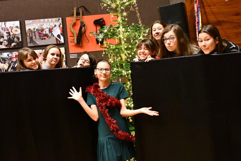 """Grupa teatralna """"Kołowrotek"""", działająca przy KPCK, zaprasza na swój premierowy spektakl """"Choinka"""" 20 i 27 grudnia o godz. 16.30, wstęp wolny"""
