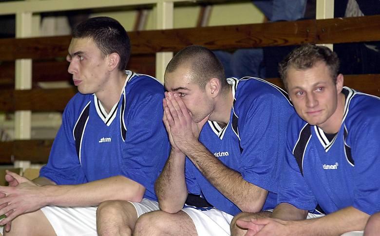 Miny siedzących na ławce rezerwowych (od lewej) Arkadiusza Soczewskiego, Łukasza Bieli i Tomasza Baszaka mówią wszystko.