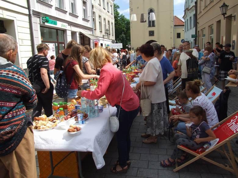 Drugie śniadanie - niecodzienne, kulturalne spotkanie na ul. Grudziądzkiej - pod takim hasłem mieszkańcy i turyści mogli zjeść  wspólne śniadanie. A