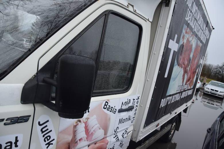Antyaborcyjna furgonetka stoi. Znany lekarz protestuje