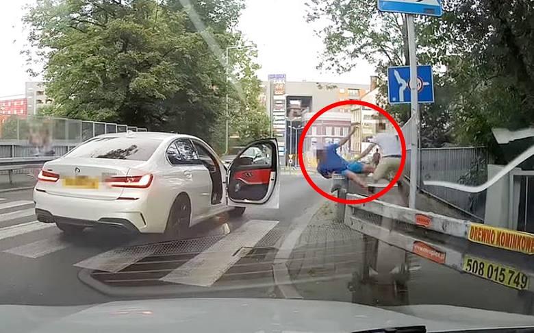 Kierowca BMW dotkliwie pobił przechodnia. Do zdarzenia doszło na przejściu dla pieszych u zbiegu ulic Zamenhofa i Wałowej w Bielsku-Białej.Zobacz kolejne