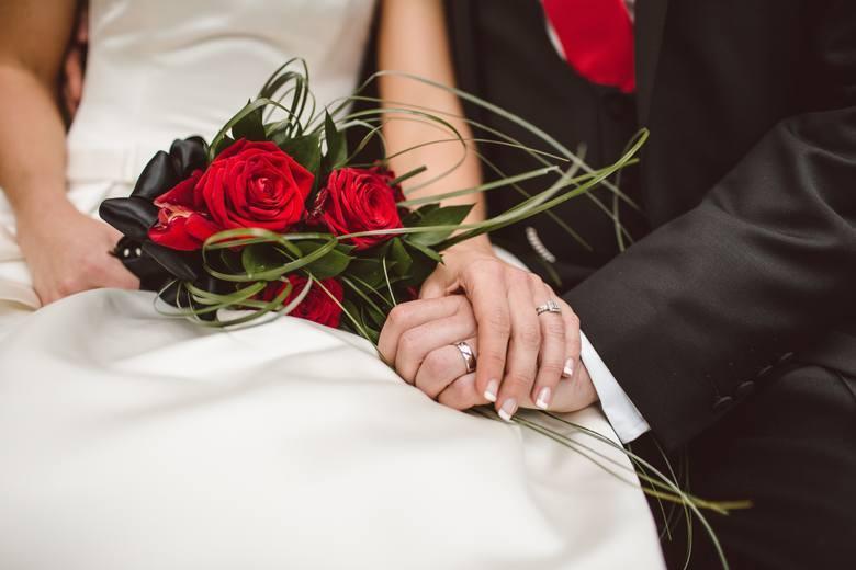 Maseczki dla panny młodej na ślub. Izabela Janachowska zaprojektowała koronkowe maseczki na ślub [ZDJĘCIA]