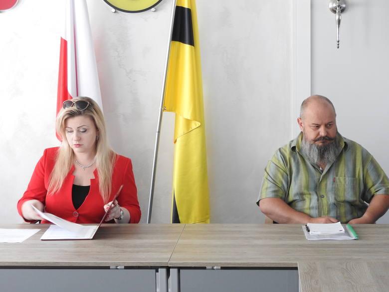 Wiceburmistrz Dominika Jocz (z lewej) przeniosła ostatecznie konferencję z sali konferencyjnej do gabinetu burmistrza. Z prawej Kazimierz Kmita inspektor
