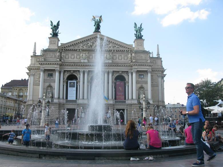 Plac Wolności przed gmachem opery jest miejscem spotkań lwowian i jednym z żelaznych punktów na szlaku turystycznym.