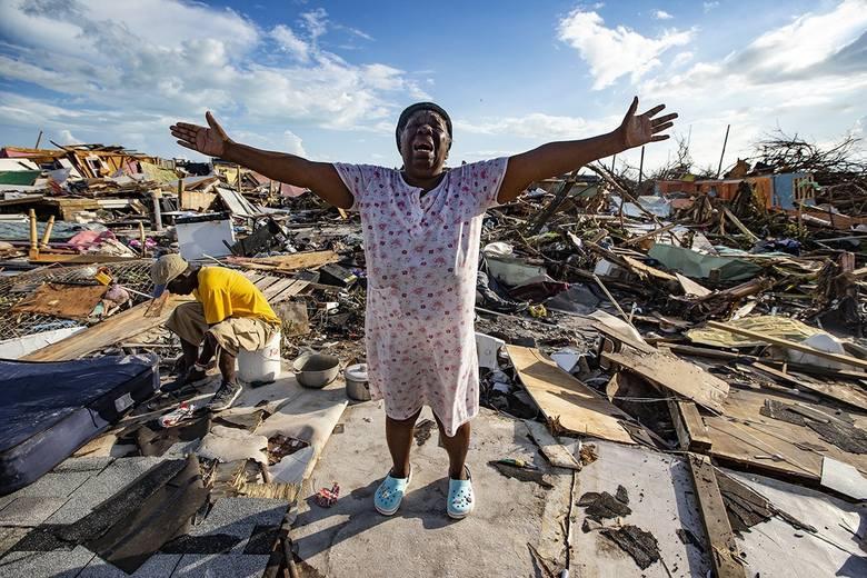 Zrozpaczona Aliana Alexis stoi w miejscu, gdzie przed huraganem znajdowa się jej dom