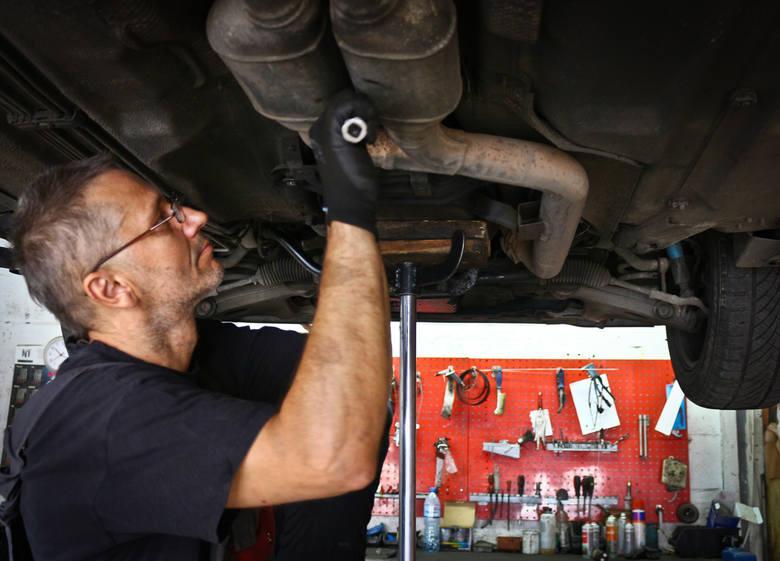 Naprawa samochodu czasami może okazać się bardzo kosztowna. Warto przy tej okazji znać dobrego mechanika. Strona internetowa dobrymechanik.pl poleca