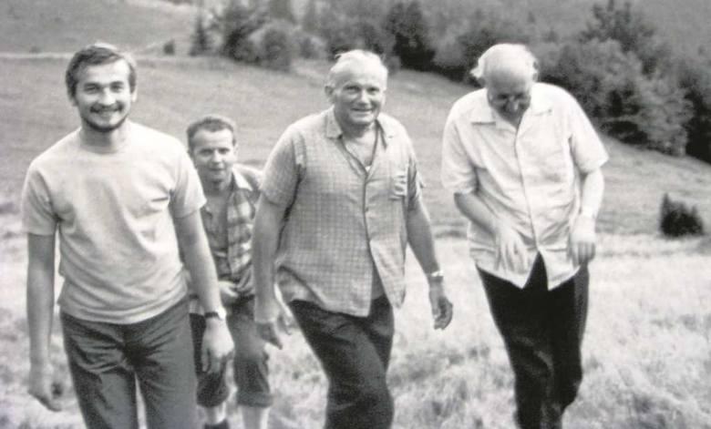 1972 rok. Kard. Karol Wojtyła z ks. Franciszkiem Blachnickim (z prawej) idą na górę Błyszcz koło Tylmanowej. Za nimi ks. Stanisław Dziwisz