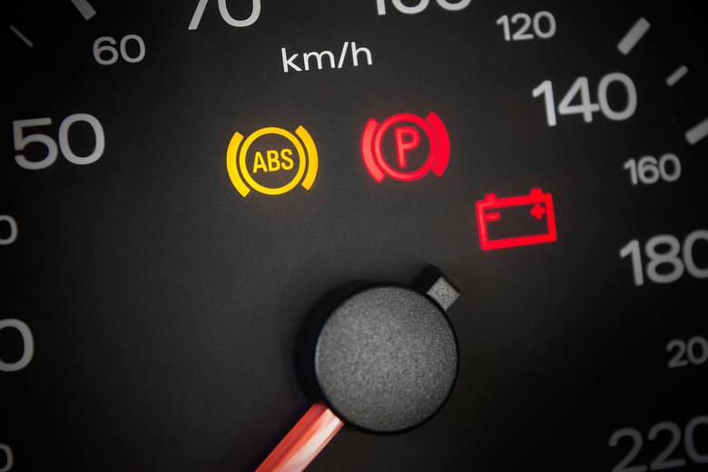 Co oznaczają kontrolki na desce rozdzielczej? Sprawdź, by nie spanikować, gdy zapalą się w twoim samochodzie.