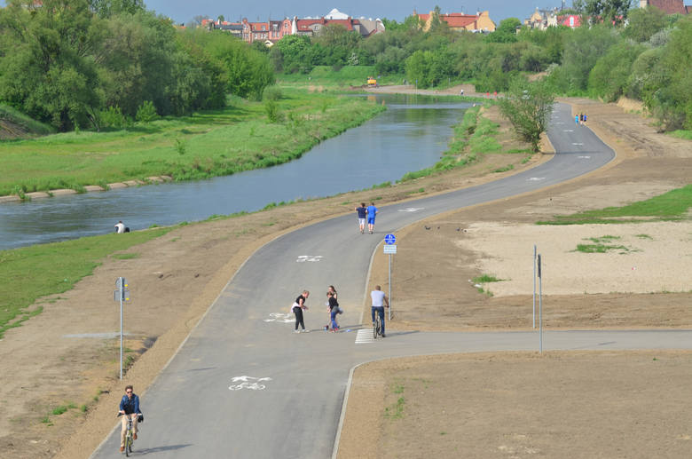 Zarówno piesi, jak i rowerzyści mogą bezpiecznie korzystać z biegnącej tuż przy rzece drogi, która wciąż jest wydłużana o nowe odcinki