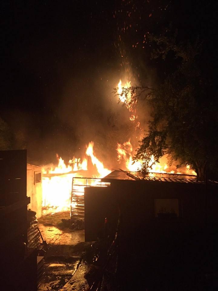 Pożar w gminie Michałowice. Zapalił się budynek gospodarczy, ogień zagrażał sąsiednim zabudowaniom