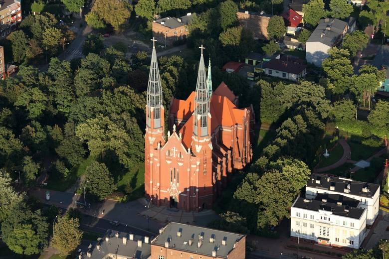 Parafia św. Tomasza na Pogoni powstała w 1911 roku, w tym samym, w którym ukończono budowę kościoła. Co ciekawe, wieże dobudowano dopiero kilkanaście lat temu.