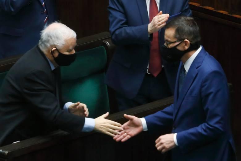 Na pierwszym miejscu znalazł się premier Mateusz Morawiecki. Jak wskazują odpowiedzi ankietowanych, ufa mu 43,7 proc., ale co ciekawe, równocześnie nie