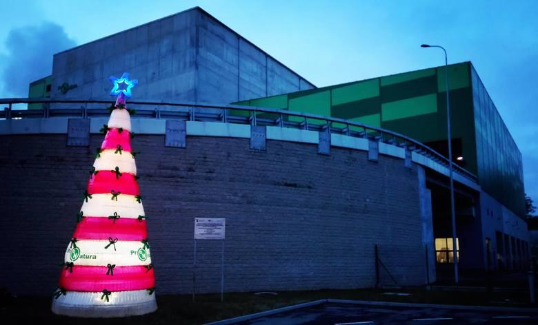 Przed Zakładem Termicznego Przekształcania Odpadów Komunalnych w Bydgoszczy pojawiła się choinka, którą zbudowano z ok. 1200 plastikowych butelek PET.