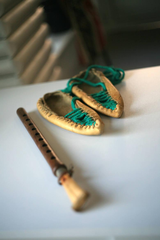 Duduk - narodowy instrument,  który wygląda jak prosty flet, a  w odpowiednich rękach potrafi zabrzmieć jak saksofon. Za nim leżą buty skórzane z ostrym noskiem - trex.