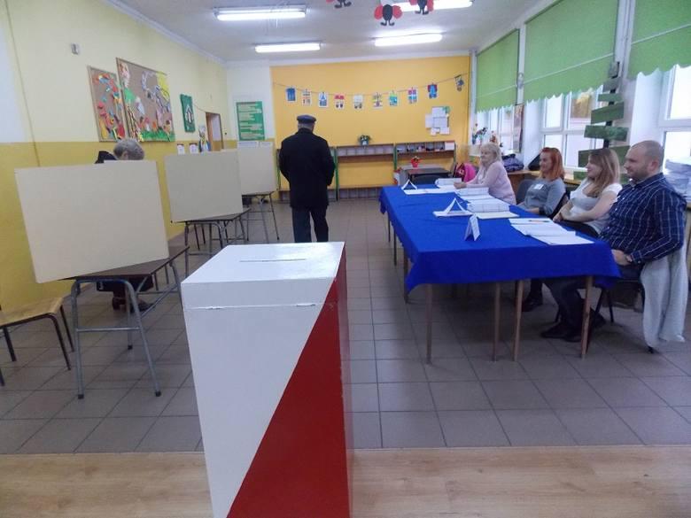 Głosowanie w lokalu wyborczym w Szkole Podstawowej nr 17 w Gorzowie.