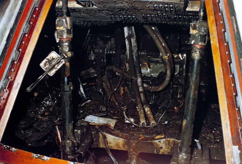 Wnętrze modułu dowodzenia statku kosmicznego Apollo/Saturn 204 po pożarze.