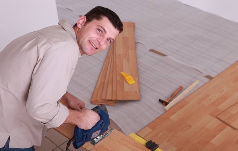 Producenci proponują różne sposoby montażu paneli podłogowych, ale łączy je to, że nie używa się do nich kleju