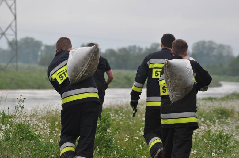 Dramatyczna sytuacja w Izbiskach k. Mielca. Woda przerwała wał, trwa walka z żywiołem [ZDJĘCIA]