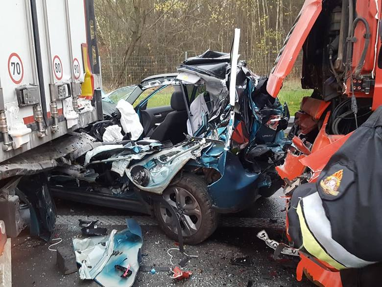 Ranne zostały dwie osoby z osobowego suzuki oraz kierowca jednej z ciężarówek