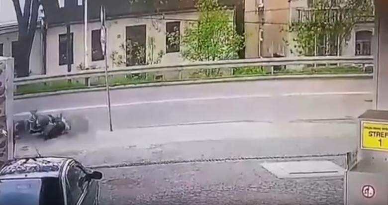 Koszmarny wypadek motocyklisty. 28-latek stracił nogę. Szokujące zachowanie świadka! [drastyczne wideo]