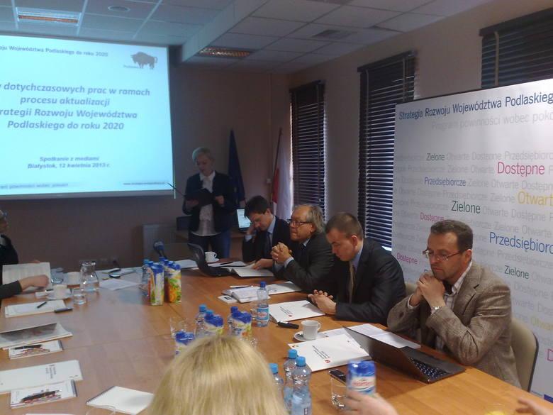 Od prawej: Bogusław Plawgo, prof.UwB, Daniel Górski, dyr. dep. zarządzania RPOWP w urzędzie marszałkowskim, prof. zw. Jacek Szlachta z SGH i Wojciech