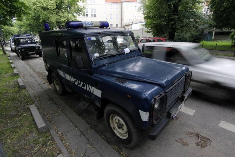 Straż miejska upomina... policję. Tu parkować nie wolno (ZDJĘCIA)