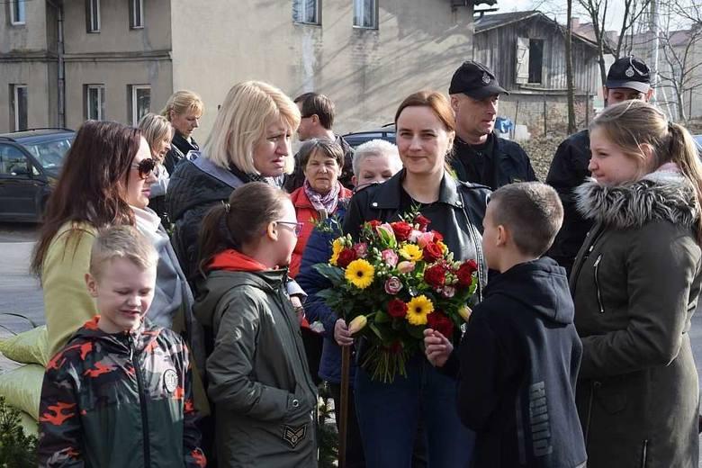 """Strażacy z OSP Lisewo, sąsiedzi, mieszkańcy przyszli pomóc ekipie programu telewizyjnego  Polsatu """"Nasz nowy dom"""", którzy przyjechali do jednej z rodzin,"""