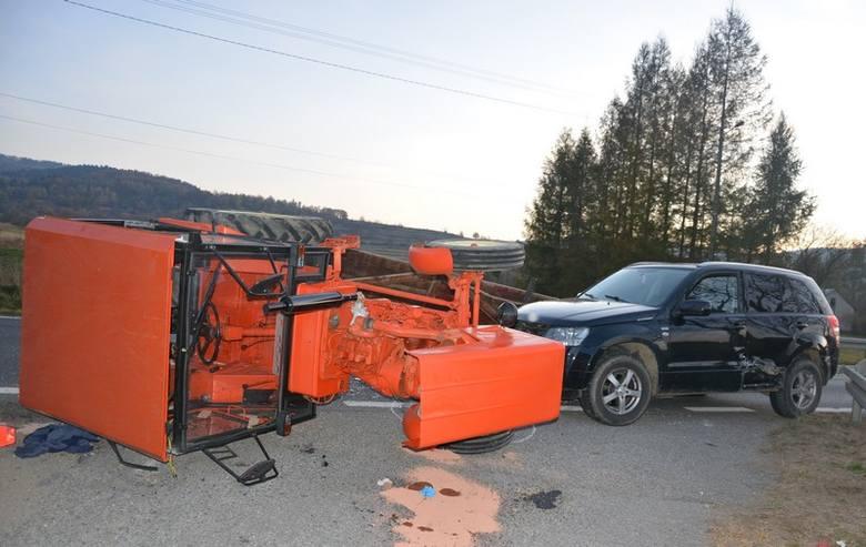 W miejscowości Iwla, w powiecie krośnieńskim, ciągnik rolniczy zderzył się z osobowym suzuki. Samochód uderzył z taką siłą, że traktor przewrócił się